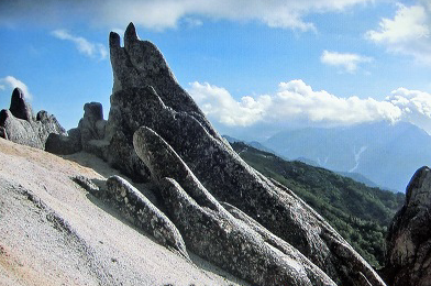 燕岳にあるイルカ岩.PNG